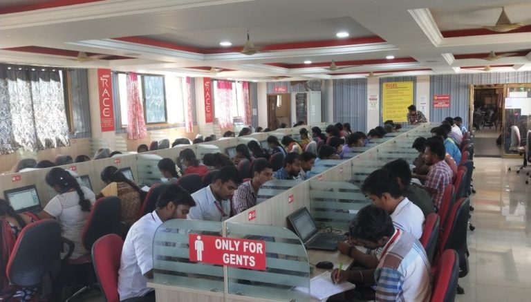 CANDIDATES PRACTICING FOR SBI CLERK PRELIMS EXAINAITON IN RACE INSTITUTE - VELLORE-BEST BANK SSC TNPSC EXAM COACHING IN INDIA (2)-min